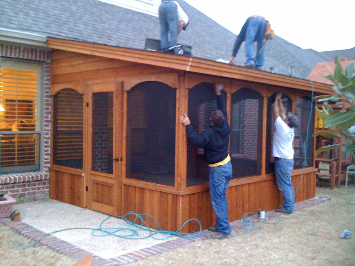 Small screen room with door on the side hundt patio for Backyard screen house